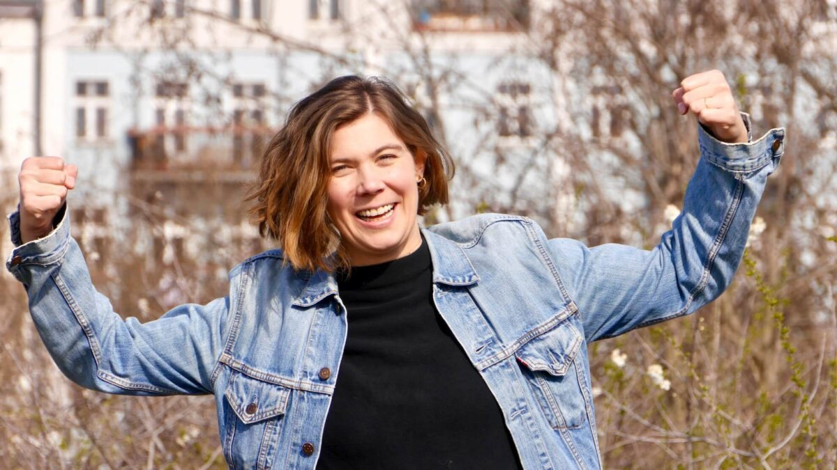Foto von Roswitha Sterr in einer Kraftpose